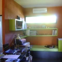 Una casa, mi casa...: Estudios y oficinas de estilo minimalista por Marcelo Manzán Arquitecto