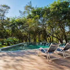 Residência Campo Comprido: Piscinas  por Studio Leonardo Muller