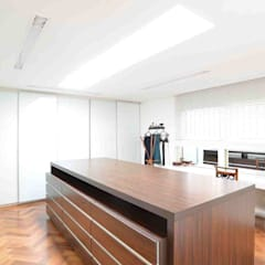 Closet do Casal: Closets minimalistas por Studio Leonardo Muller