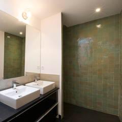 JUST'IN: Salle de bains de style  par Florence Gaudin architecte