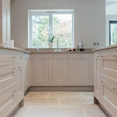 Mr & Mrs McD, Pyrford:  Kitchen by Raycross Interiors