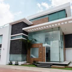 Casa Los Angeles L.H.: Paredes de estilo  por BRAVO ARQUITECTOS INGENIEROS, Ecléctico