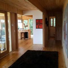 Vivienda suburbana en madera: Pasillos y vestíbulos de estilo  por Taller de Ensamble SAS, Moderno