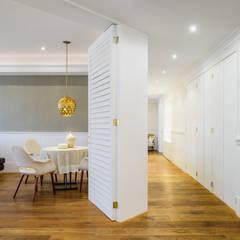 JVS: Pasillos y recibidores de estilo  por NIVEL TRES ARQUITECTURA