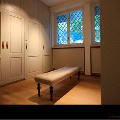 Ankleidezimmer mit Ankleidesitzbank:  Ankleidezimmer von Wagner Möbel Manufaktur