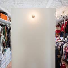 A邸-ワークスペースに夫婦それぞれの空間: 株式会社ブルースタジオが手掛けたウォークインクローゼットです。