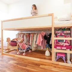 A邸-ワークスペースに夫婦それぞれの空間: 株式会社ブルースタジオが手掛けた子供部屋です。