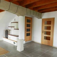 Living Room:  Corridor & hallway by XTid Associates