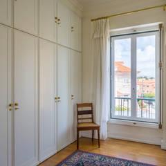 Dress Room in Master Suite: Closets  por Pedro Brás - Fotografia de Interiores e Arquitectura | Hotelaria | Imobiliárias | Comercial