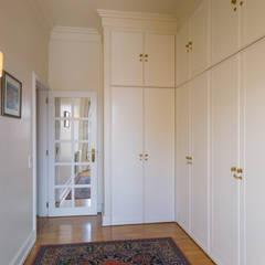 DressRoom in Master Suite: Closets  por Pedro Brás - Fotógrafo de Interiores e Arquitectura | Hotelaria | Alojamento Local | Imobiliárias