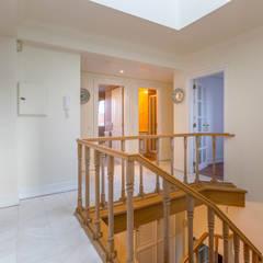 1st Floor Hall: Escadas  por Pedro Brás - Fotógrafo de Interiores e Arquitectura | Hotelaria | Alojamento Local | Imobiliárias