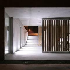 Garajes de estilo minimalista por Artspazios, arquitectos e designers