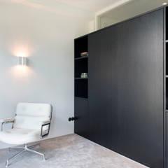 kastenwand met uitklapbed van zwart eiken:  Woonkamer door IJzersterk interieurontwerp