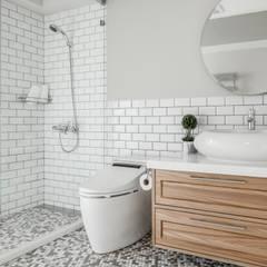 流白:  浴室 by 潤澤明亮設計事務所