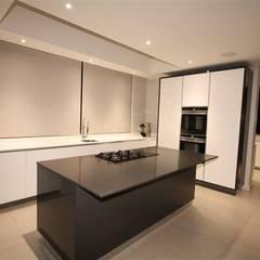Minimalist House:  Kitchen by E2 Architects
