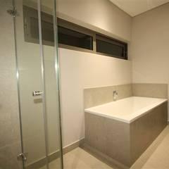 bathroom :  Bathroom by E2 Architects