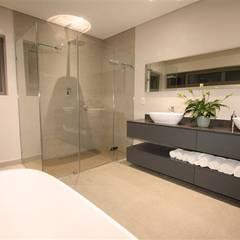 Bathroom:  Bathroom by E2 Architects