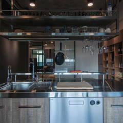 WLL house:  廚房 by 珞石設計 LoqStudio