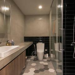 WLL house:  浴室 by 珞石設計 LoqStudio