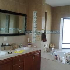 Baño principal: Baños de estilo  por Arquitectos Romero