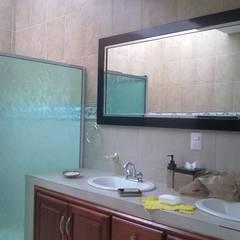 Baño secundario: Baños de estilo  por Arquitectos Romero