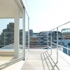 用賀の家: 鈴木淳史建築設計事務所が手掛けたテラス・ベランダです。