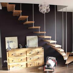 Escalier autoporteur EPURA: Couloir et hall d'entrée de style  par Passion Escaliers,