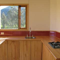 Casa cubica madera: Cocinas de estilo  por Taller de Ensamble SAS