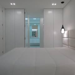 Habitação unifamiliar: Closets  por Ivo Sampaio Arquitectura