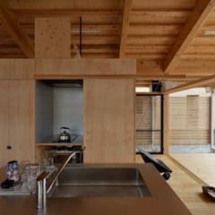 ヒュッテナナナ: 丸山晴之建築事務所が手掛けた書斎です。,カントリー