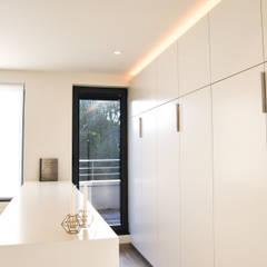 Project 08 - Totaalrenovatie van een verouderd appartement te Berchem: moderne Kleedkamer door ICONcept