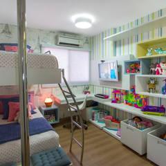 Nursery/kid's room by Cris Nunes Arquiteta