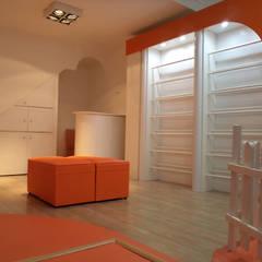 Zapateria infantil diseñada especialmente: Oficinas y Tiendas de estilo  por Sml Design
