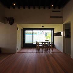 竹の山の家: 小林良孝建築事務所が手掛けたリビングです。