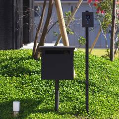 オリジナルの郵便受け、インターホン: 小林良孝建築事務所が手掛けた庭です。