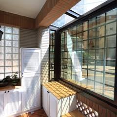 Corridor & hallway by 微自然室內裝修設計有限公司