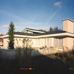 tuin: eclectische Huizen door Voets Architectuur en Stedenbouw