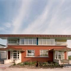 entreegevel: eclectische Huizen door Voets Architectuur en Stedenbouw