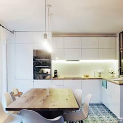 Maison ML: Cuisine de style  par Belle Ville Atelier d'Architecture