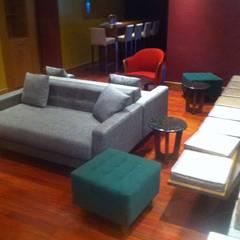 Restaurant Eurobuilding : Salas / recibidores de estilo  por THE muebles, Moderno