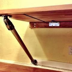 DIY: Hoe kan je een zwevend bureau maken?:  Studeerkamer/kantoor door Simplified Building
