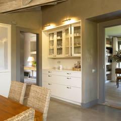 Tres espacios en uno: cocina, lavadero y planchador: Cocinas de estilo  de DEULONDER arquitectura domestica