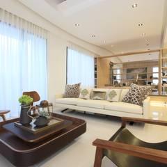 樣品屋起居室:  展覽中心 by Arcadian Design 冶鑄設計
