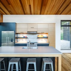 Lac St. Sixte Summer Residence:  Kitchen by Flynn Architect ,