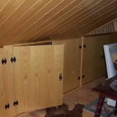 Forrado de techo en friso de madera y laterales de buhardilla: Paredes de estilo  de la alacena segoviana s.l