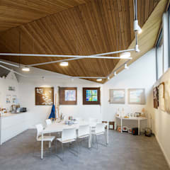 Interieur: Poolhouse / Atelier : moderne Mediakamer door [delacourt][vanbeek]