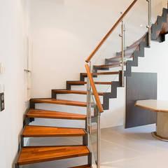 Escalier bois et métal: Couloir et hall d'entrée de style  par Passion Escaliers,