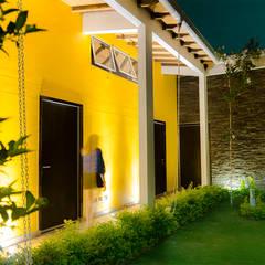 Pasillo Exterior: Pasillos y vestíbulos de estilo  por Arquitectura Positiva