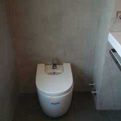 Lavabo suspendido en pared con microcemento: Baños de estilo  de Topciment