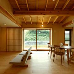 リビング: 磯村建築設計事務所が手掛けたリビングです。